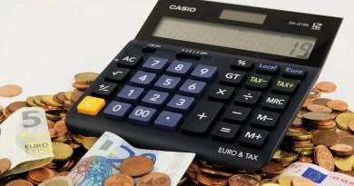 Tischrechner und Euro-Scheine und -Münzen