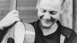 Gitarrist reto Weiche mit seiner Gitarre