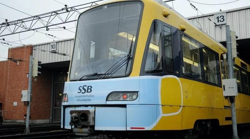 Stadtbahn mit blauer Coronamaske