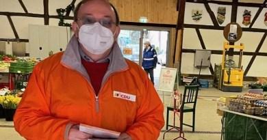 Roland Schmid im Landtagswahlkampf beim Wochenmarkt in Wangen