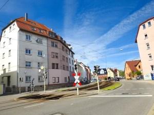 Blick auf den Gleisübergang Eybacher Straße