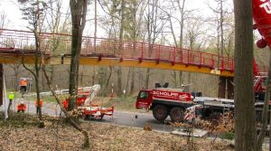 Mittelteil Brücke über Mittlere Filderstraße eingabut mit Kranmwagen