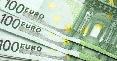 Teilansicht aufgefächerter 100-Euro-Scheine