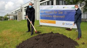 OB Christof Bolay und Matthias Hermann von der Netcom BW beim Spatenstich vor dem Otto-Hahn-Gymnasium