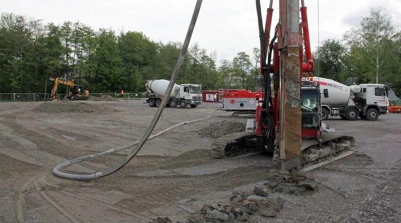 Bohrgerät und Betonmischer auf der Baustelle der Sporthalle 1 in Nellingen