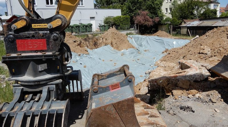 Bagger und abgedeckte Baugrube Kirchheimer Straße 55a