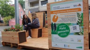 Sitzfläche bei Heumadener Straße 1 mit zwei Mädchen besetzt