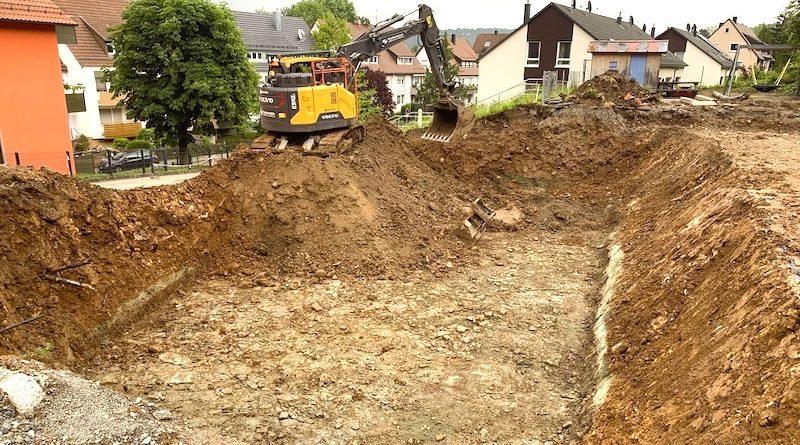 Baugrube und Bagger auf dem Waldheimgelände Hedelfingen