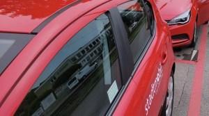 linke Seite eines roten Stadtmobil-Autos
