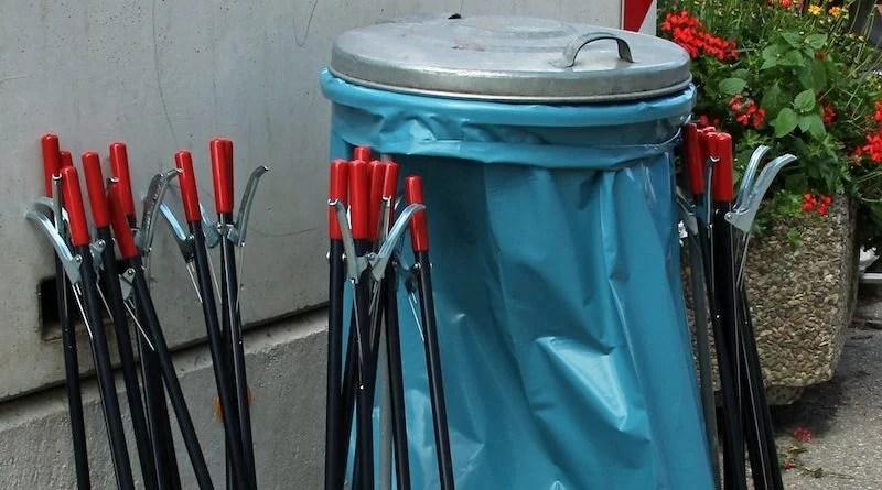 Blauer Müllsack und Greifzangen