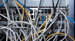 Rückseite eines Computers mit zahlreichen eingesteckten Kabeln