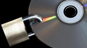 CD mit Loch und Vorhängeschloss
