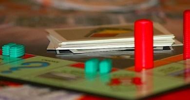 Blick auf ein Monopoly-Spielfeld
