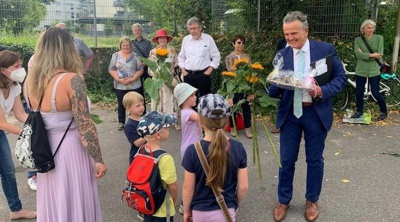 Frank Nopper wird bei der Turn- und Versammlungshalle Hedelfingen von Kindergartenkindern empfangen