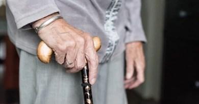 rechte Hand einer alten Dame am Gehstock