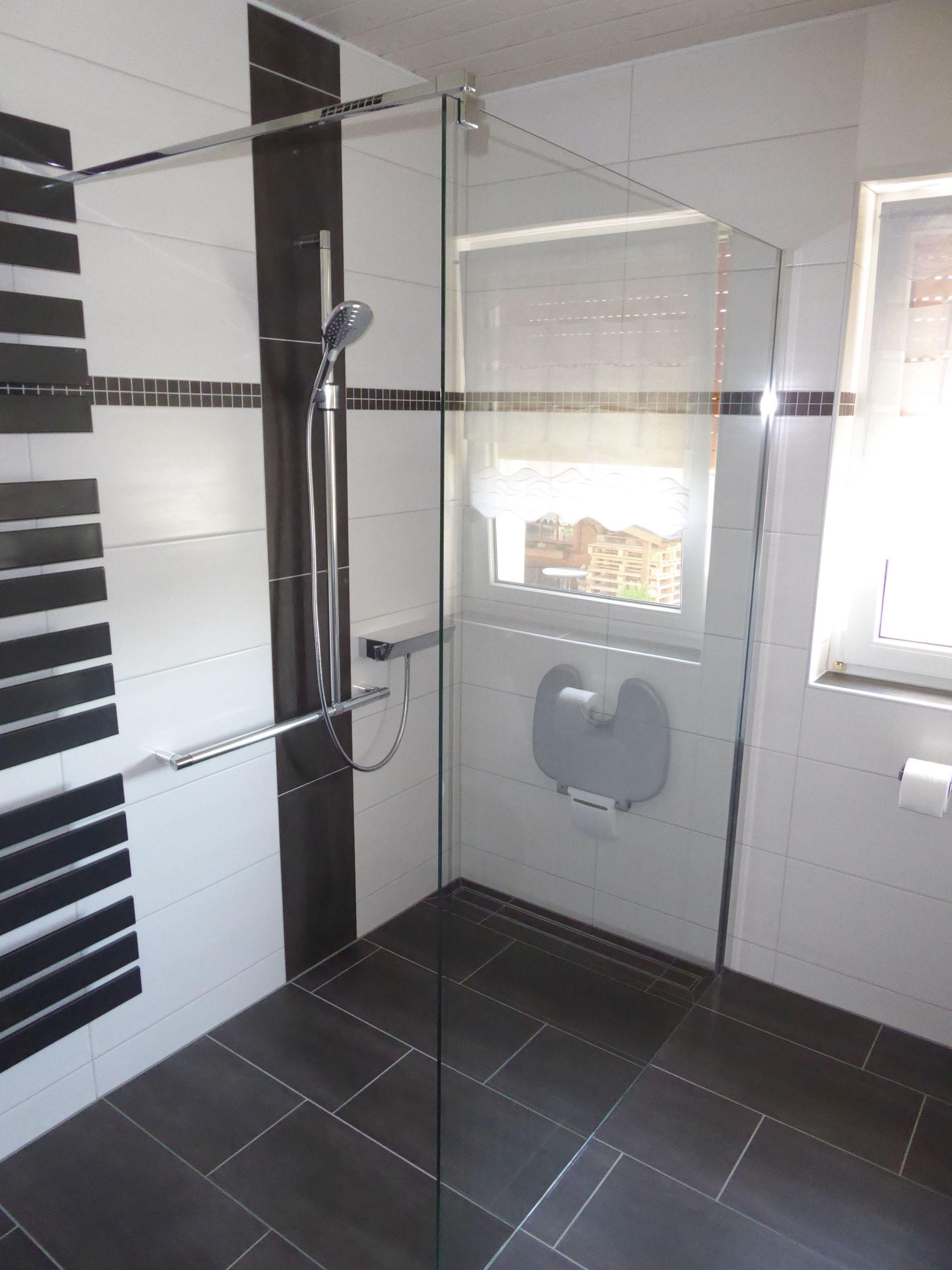 Barrierefreie und bodengleiche Dusche mit Griffsystem und