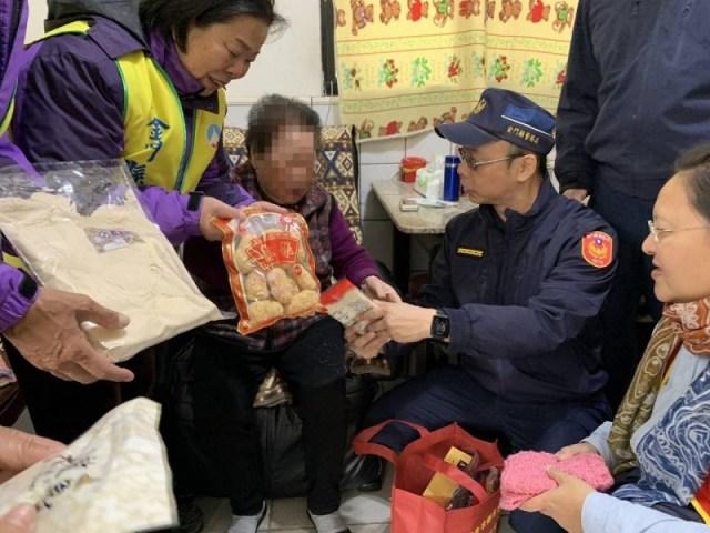 愛心送暖!金城分局關懷轄區獨居老人送年菜與春聯