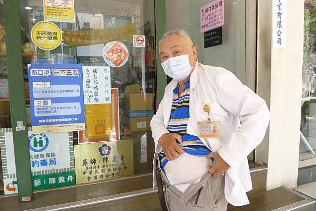 台南老藥師包著尿布販售口罩 催淚原因曝光