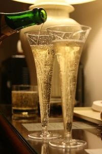 400px-Pouring_two_champagne_glasses
