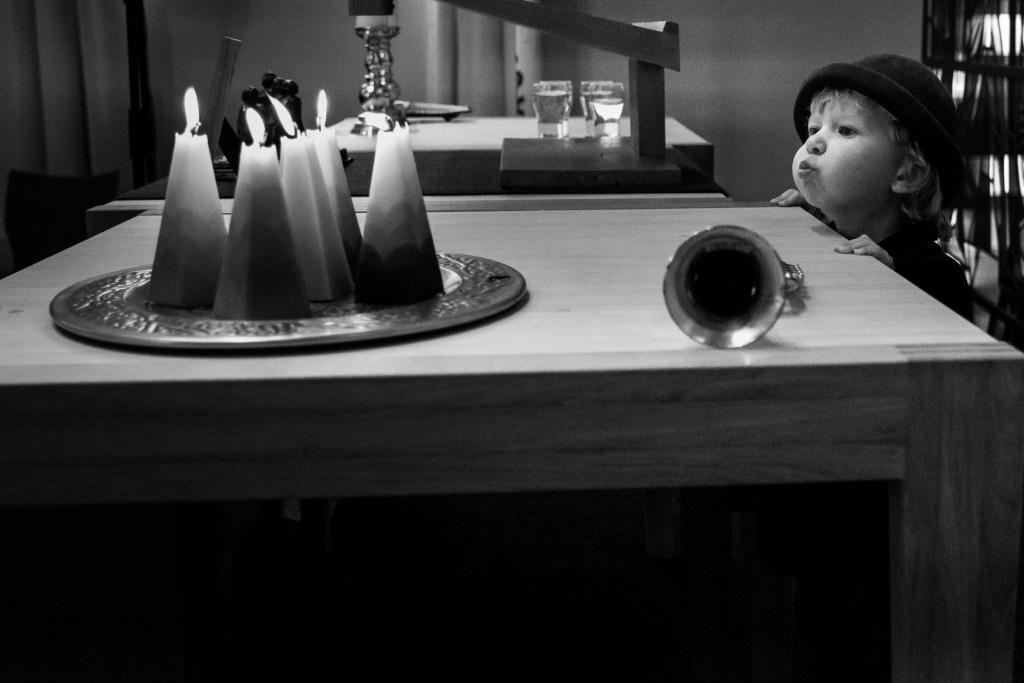 kind bij rouwdienst blaast kaasje uit