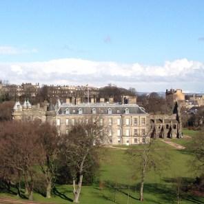 Nochmal Holyrood Palace, diesmal von der Seite, damit man die kleine Kirchenruine am Ende auch sieht
