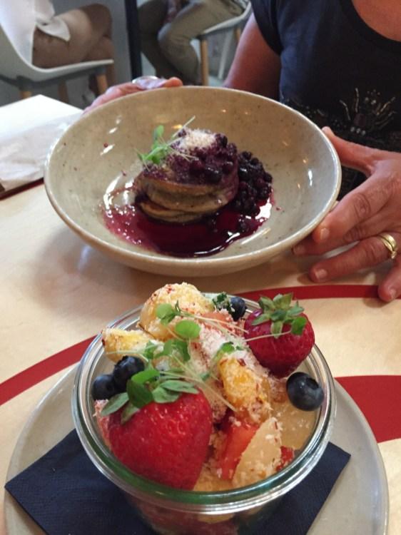 Fruit Salad und Coconut Pancakes