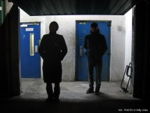 Dos hombres ante una puerta. Leioa. Basque Country. WU PHOTO © Willy Uribe Archivo Fotográfico Reportajes