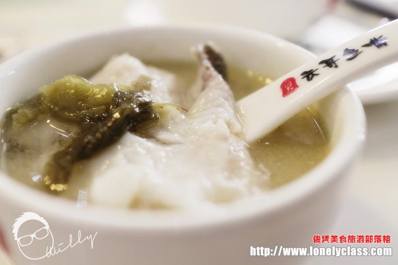 先来个木桶酸辣鱼汤,木桶里装着火山石,然后将生鱼肉放进去,再淋上酸辣汤。不消片刻,鱼肉就熟了!
