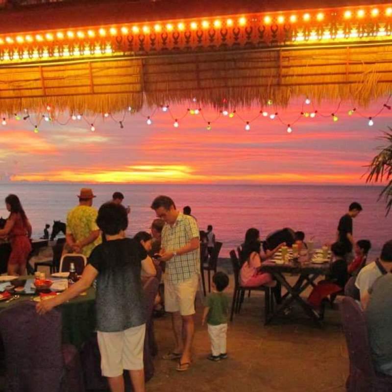 当天烟霾重返槟城,周围一片朦胧。唯有和Thewin 厨师借一张黄昏找来用。你看,那晚霞多美啊!