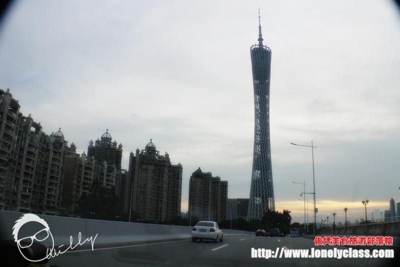 从远方望去,可以看见广州塔的整座外形,著名的小蛮腰就是塔身中间稍微纤细的部位。