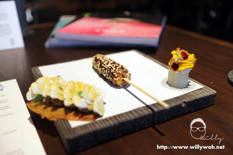 前菜有三种台湾小吃 - 炸鸡皮,玉米烧和清粥小菜