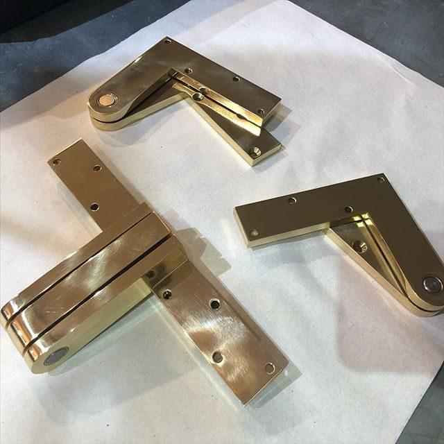 Bespoke offset pivot hinges for a dutch door application