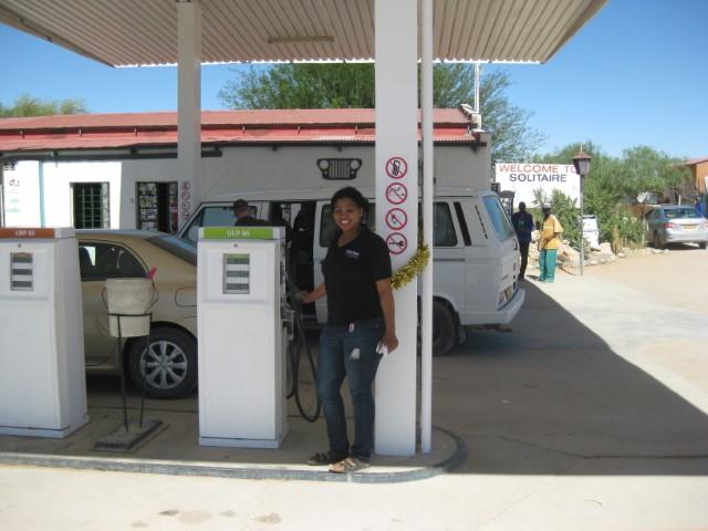 tankstation, vrouwelijke pompbediende, Solitaire Namibie