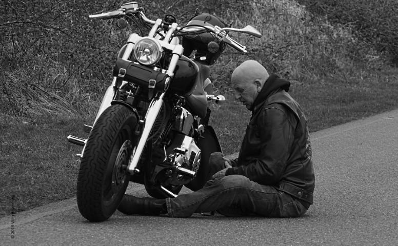 kale man poetst motorfiets