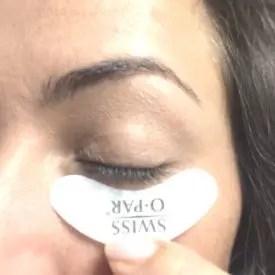 Vor dem Wimpern färben: mit Vaseline behandelte Wattepad unter dem Auge angeheftet.