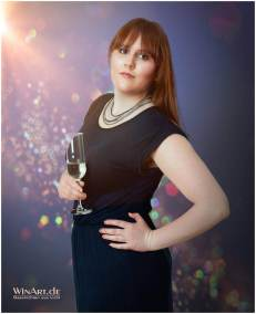 Elegante Frau mit einem Glas Sekt - winart.de