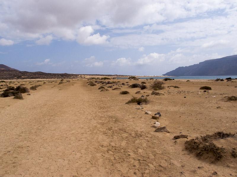 La Graciosa: das Dorf ist ganz weit hinten, dort wo du die Masten sehen kannst