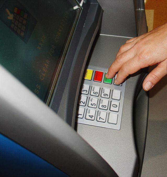 Mengambil uang di ATM