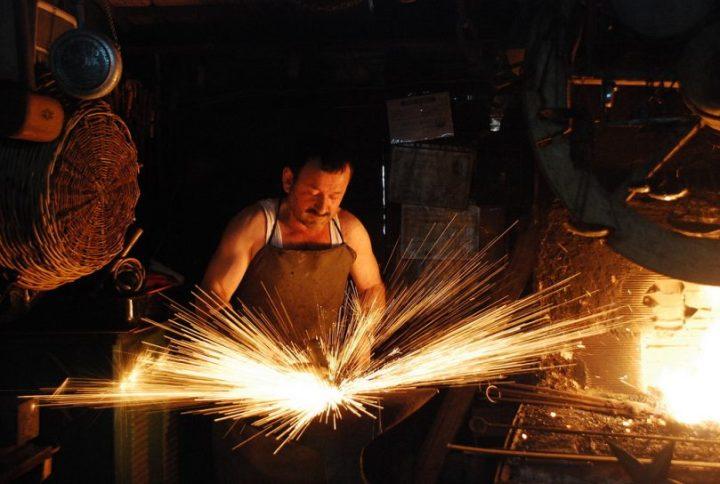 Profesi pandai besi untuk laki-laki