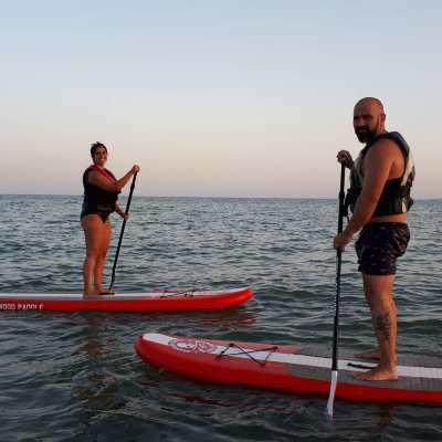 Dos personas haciendo paddle surf. Club deportivo en Santa Pola