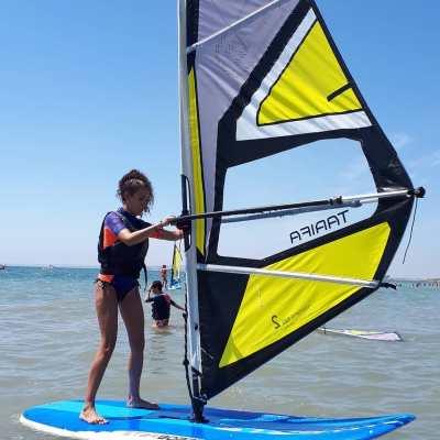 Mujer practicando windsurf en verano