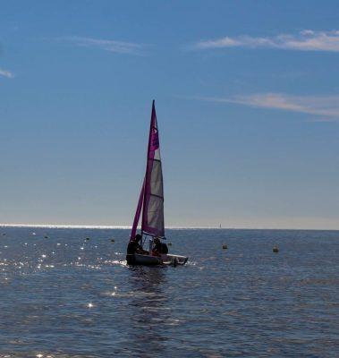 Barco de vela ligera en el mar. Club deportivo en Santa Pola