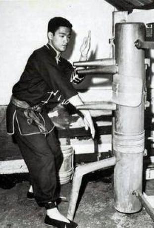 Tahta adam'la çalışan genç Bruce Lee