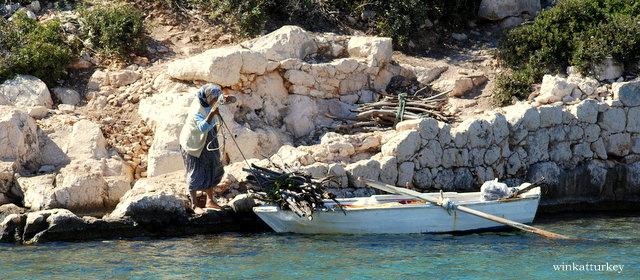 Es habitual que las mujeres crucen en barca de remos desde Ximena y recojan leña.