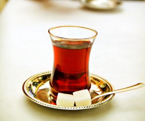 Té servido en el típico vaso turco en forma de tulipán