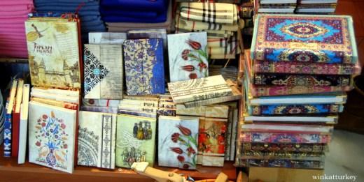 Cuadernos con típicas encuadernaciones.