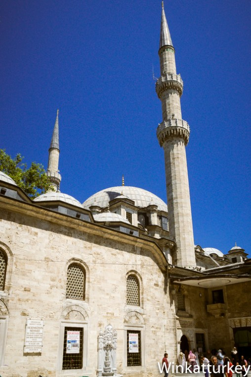 Cúpula y minaretes de la mezquita desde el patio