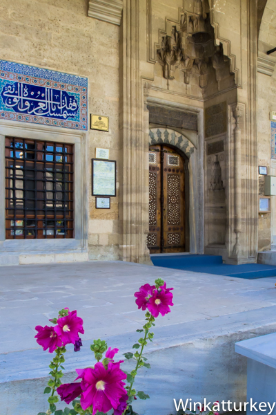 Puerta de entrada con uno de los murales de cerámica de Izmik