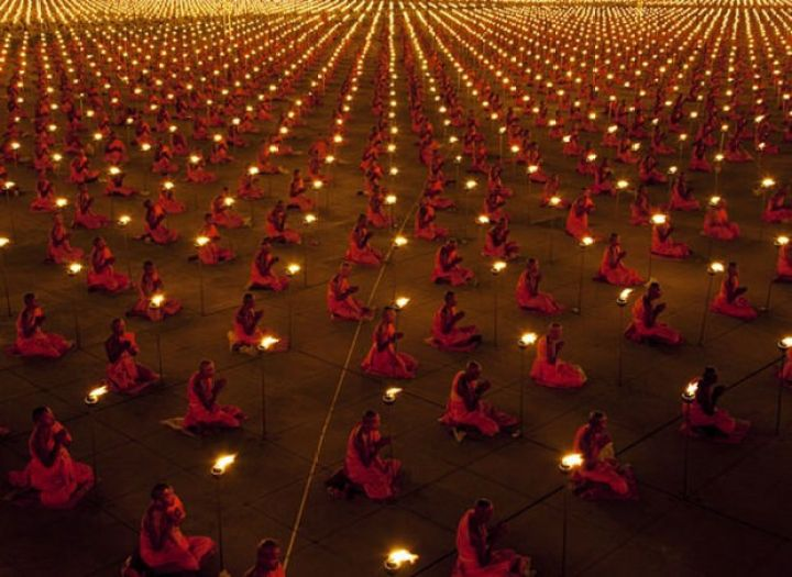 29 Powerful Pictures - 100,000 monks in prayer for a better world.