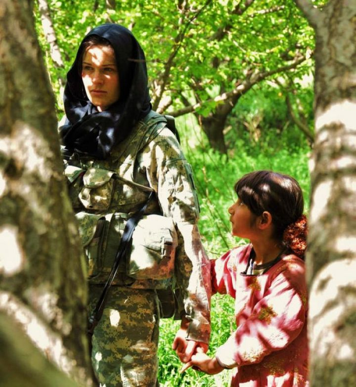 29 Powerful Pictures - A small Afghan girl holds the hand of an American soldier.